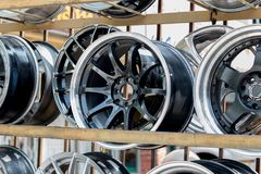 Αθλητικά πλαίσια και ελαστικά αυτοκινήτου αυτοκινήτων που παρουσιάζονται σε ένα κατάστημα ελαστικών αυτοκινήτου Στοκ Φωτογραφία