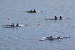 Αθλητικές βάρκες με τα ζευγάρια των rowers στο ύδωρ Στοκ εικόνα με δικαίωμα ελεύθερης χρήσης