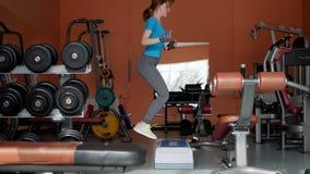 Αθλητική αίθουσα Το κορίτσι εκπαιδεύει στη γυμναστική φιλμ μικρού μήκους