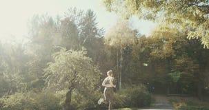 Αθλητική γυναίκα ικανότητας που τρέχει στην αστική πόλη απόθεμα βίντεο