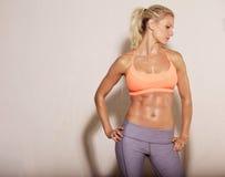Αθλητική γυναίκα με τα ABS Sixpack Στοκ Εικόνες