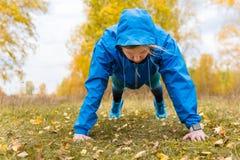 Αθλητική γυναίκα που κάνει το ώθηση-UPS Σκληρό Workouts στοκ φωτογραφίες με δικαίωμα ελεύθερης χρήσης