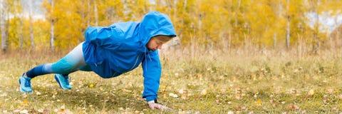 Αθλητική γυναίκα που κάνει το ώθηση-UPS Σκληρό Workouts στοκ εικόνα