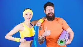 Αθλητική επιτυχία Φίλαθλη κατάρτιση ζευγών με το χαλί ικανότητας και το σχοινί άλματος Ευτυχής γυναίκα και γενειοφόρος άνδρας wor στοκ φωτογραφία