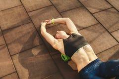 Αθλητική ιατρική αθλητισμού και αποκατάστασης θέματος Ο όμορφος ισχυρός λεπτός καυκάσιος αθλητής γυναικών χρησιμοποιεί τον πράσιν στοκ φωτογραφίες με δικαίωμα ελεύθερης χρήσης