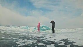 Αθλητική κατάρτιση αγάπης Το νέο ζεύγος έχει τη διασκέδαση κατά τη διάρκεια του χειμερινού περιπάτου στο κλίμα του πάγου της παγω απόθεμα βίντεο