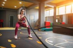 Αθλητική κατάρτιση γυναικών με τα σχοινιά μάχης στοκ εικόνες