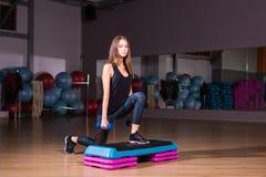 Αθλητική νέα γυναίκα με το όμορφο αθλητικό σώμα που κάνει τις ασκήσεις με τους αλτήρες Ικανότητα, Υγειονομική περίθαλψη Στοκ Εικόνες