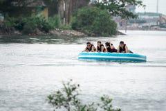 Αθλητική σωλήνωση νερού παραλιών με τον τουρίστα που τραβιέται από το jetski σε μια παραλία στο batam Ινδονησία, Ινδονησία, στις  στοκ φωτογραφία