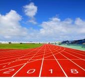 Αθλητική τρέχοντας διαδρομή με την επιχειρησιακή έννοια 2018 μπλε ουρανού Στοκ φωτογραφία με δικαίωμα ελεύθερης χρήσης