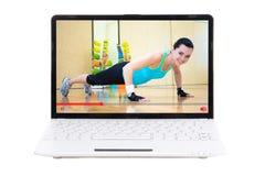 Αθλητική blog έννοια - κορίτσι που παρουσιάζει την που εκπαιδεύει στη γυμναστική on-line στοκ εικόνες