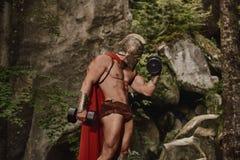 Αθλητική gladiator τοποθέτηση με τους αλτήρες Στοκ Φωτογραφίες