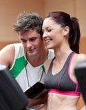 αθλητική heerful μόνιμη treadmill γυναίκ&alph Στοκ φωτογραφία με δικαίωμα ελεύθερης χρήσης
