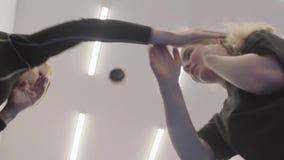 Αθλητικοί τύποι που ασκούν τις τεχνικές πολεμικής τέχνης στη γυμναστική Πυροβολισμός από κάτω από απόθεμα βίντεο
