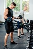 αθλητικοί τύποι που εκπαιδεύουν με τα barbells στοκ εικόνες