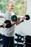αθλητικοί τύποι που εκπαιδεύουν με τα barbells στοκ εικόνες με δικαίωμα ελεύθερης χρήσης