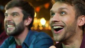 Αθλητικοί υποστηρικτές που χαίρονται την αγαπημένη νίκη ομάδων, προσέχοντας το πρωτάθλημα για το μπαρ απόθεμα βίντεο
