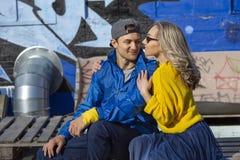 Αθλητικός τύπος με ένα κορίτσι στην παιδική χαρά οδών Παιδική χαρά σαλαχιών γκράφιτι στοκ φωτογραφίες
