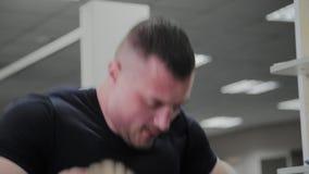 Αθλητικός τύπος που κάνει τη βαριά κατάρτιση σχοινιών στη γυμναστική απόθεμα βίντεο