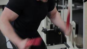 Αθλητικός τύπος που κάνει τη βαριά κατάρτιση σχοινιών στη γυμναστική φιλμ μικρού μήκους