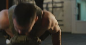 Αθλητικός τύπος που κάνει το ώθηση-UPS στη γυμναστική απόθεμα βίντεο