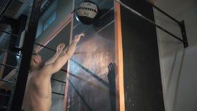 Αθλητικός τύπος που ρίχνει τη σφαίρα βάρους στον τοίχο απόθεμα βίντεο