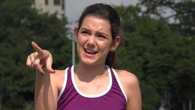 Αθλητικό ισπανικό κορίτσι εφήβων που μιλά και που δείχνει φιλμ μικρού μήκους