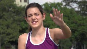Αθλητικό ισπανικό κορίτσι εφήβων που μιλά και που περιγράφει απόθεμα βίντεο