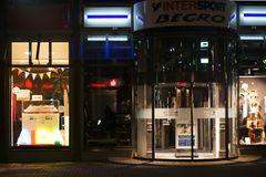 ddf2e458dd4 Αθλητικό κατάστημα Intersport τη νύχτα στοκ φωτογραφία με δικαίωμα  ελεύθερης χρήσης