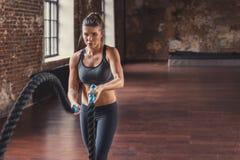 Αθλητικό κορίτσι με ένα σχοινί στη σοφίτα στοκ φωτογραφίες με δικαίωμα ελεύθερης χρήσης