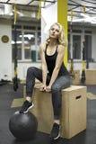Αθλητικό κορίτσι στη γυμναστική Στοκ φωτογραφίες με δικαίωμα ελεύθερης χρήσης