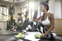 Αθλητικό κορίτσι στη γυμναστική Στοκ φωτογραφία με δικαίωμα ελεύθερης χρήσης