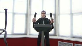 Αθλητικό κορίτσι στο hijab στη γυμναστική φιλμ μικρού μήκους