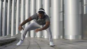 Αθλητικό πρόσωπο που θερμαίνει και που τεντώνει πριν από το workout, που προετοιμάζεται για την άσκηση φιλμ μικρού μήκους
