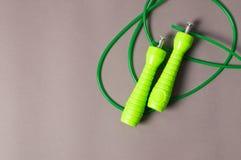 Αθλητικό σχοινί Καρδιο Εξοπλισμός για απομονωμένη λευκή γυναίκα βάρους κορμών μέτρου απώλειας Στοκ Εικόνες