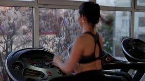 Αθλητικό brunette που τρέχει γρήγορα treadmill, που δουλεύει σκληρά για να είναι υγιής και κατάλληλος απόθεμα βίντεο