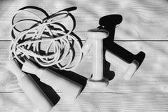 Αθλητισμός και υγιής έννοια τρόπου ζωής Barbells και ακατάστατο πηδώντας σχοινί που τοποθετούνται σταυροειδώς Στοκ Εικόνες