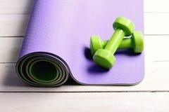 Αθλητισμός και υγιής έννοια τρόπου ζωής Barbells στο πορφυρό χαλί γιόγκας στοκ φωτογραφία