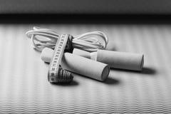 Αθλητισμός και υγιής κατάρτιση Έννοια Workout και ανανέωσης Πηδώντας σχοινί στο κυανό χρώμα Στοκ Εικόνες