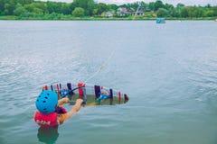 Αθλητισμός νερού, wakebord στη λίμνη, Λιθουανία Φωτογραφία ταξιδιού στοκ φωτογραφία