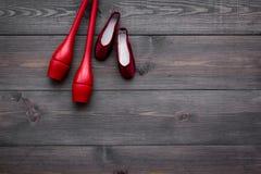 Αθλητισμός ομορφιάς για την έννοια κοριτσιών Το Maces για τα ρυθμικά παπούτσια γυμναστικής και μπαλέτου στη σκοτεινή ξύλινη τοπ ά Στοκ φωτογραφία με δικαίωμα ελεύθερης χρήσης