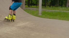 Αθλητισμός που εκπαιδεύει το αγόρι κυλίνδρων που συλλέγει την κεκλιμένη ράμπα ταχύτητας απόθεμα βίντεο