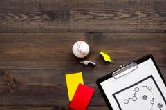 Αθλητισμός που κρίνει την έννοια Διαιτητής μπέιζ-μπώλ Σχέδιο τακτικής για, τις κόκκινων και κίτρινων κάρτες παιχνιδιών, σφαιρών μ Στοκ εικόνες με δικαίωμα ελεύθερης χρήσης