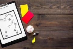 Αθλητισμός που κρίνει την έννοια Διαιτητής μπέιζ-μπώλ Σχέδιο τακτικής για, τις κόκκινων και κίτρινων κάρτες παιχνιδιών, σφαιρών μ Στοκ Εικόνα