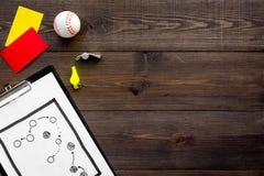 Αθλητισμός που κρίνει την έννοια Διαιτητής μπέιζ-μπώλ Σχέδιο τακτικής για, τις κόκκινων και κίτρινων κάρτες παιχνιδιών, σφαιρών μ Στοκ εικόνα με δικαίωμα ελεύθερης χρήσης