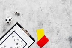Αθλητισμός που κρίνει την έννοια Διαιτητής ποδοσφαίρου Σχέδιο τακτικής για, τις κόκκινων και κίτρινων κάρτες παιχνιδιών, σφαιρών  Στοκ Εικόνα