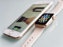 Αθλητισμός ρολογιών της Apple και iPhone της Apple 6S στοκ φωτογραφία με δικαίωμα ελεύθερης χρήσης