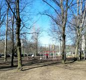 Αθλητισμός στην παιδική χαρά στο πάρκο στοκ φωτογραφία με δικαίωμα ελεύθερης χρήσης