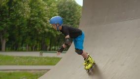 Αθλητισμός Rollerblading που εκπαιδεύει την κεκλιμένη ράμπα ταχύτητας αγοριών φιλμ μικρού μήκους