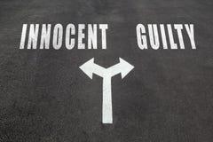 Αθώος εναντίον της ένοχης έννοιας επιλογής στοκ εικόνα